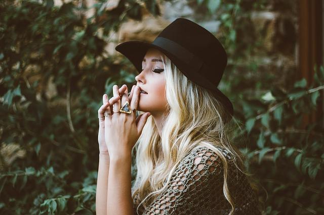 blondýna v klobouku