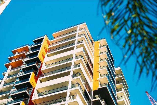 budova s balkóny