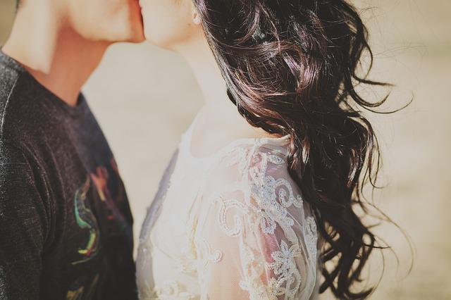 Bozkávajúci sa pár