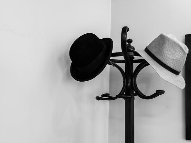 klobúky na vešiaku.jpg