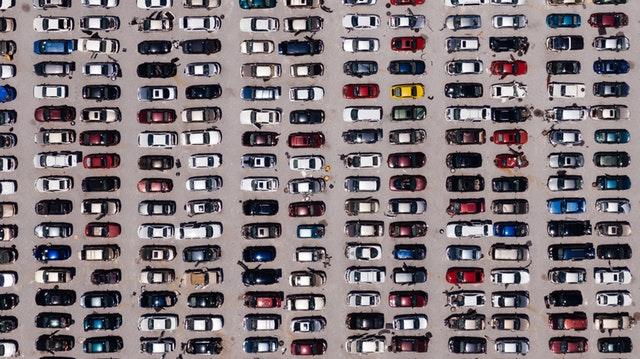 autá na parkovisku.jpg