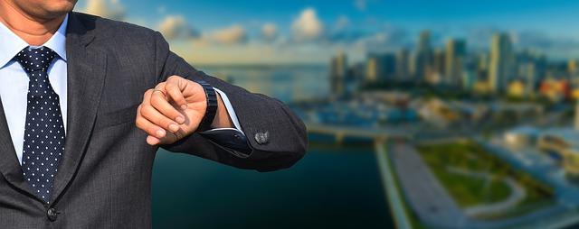 podnikateľ so smart hodinkami.jpg